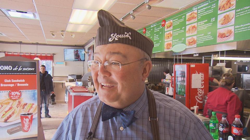 Le propriétaire des restaurants Louis de Sherbrooke, Pierre Ellyson devant le comptoir des commandes