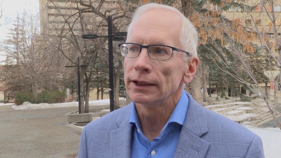 Pierre Fournier donne une entrevue à l'extérieur, un jour d'hiver.