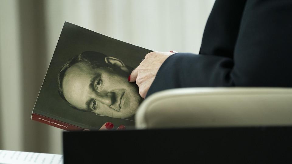 Plan sur un livre portant sur la vie de Pierre Laporte.