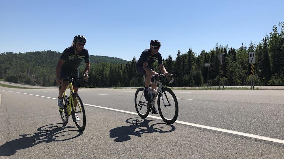 PIerre Lavoie et un ami roulent à vélo en bordure de la route 175.
