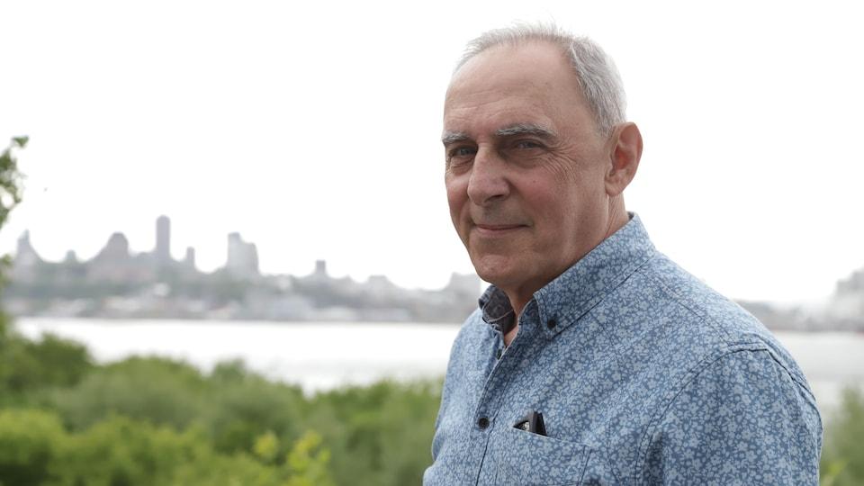 Pierre Lepage photographié avec la ville de Québec en arrière-plan.
