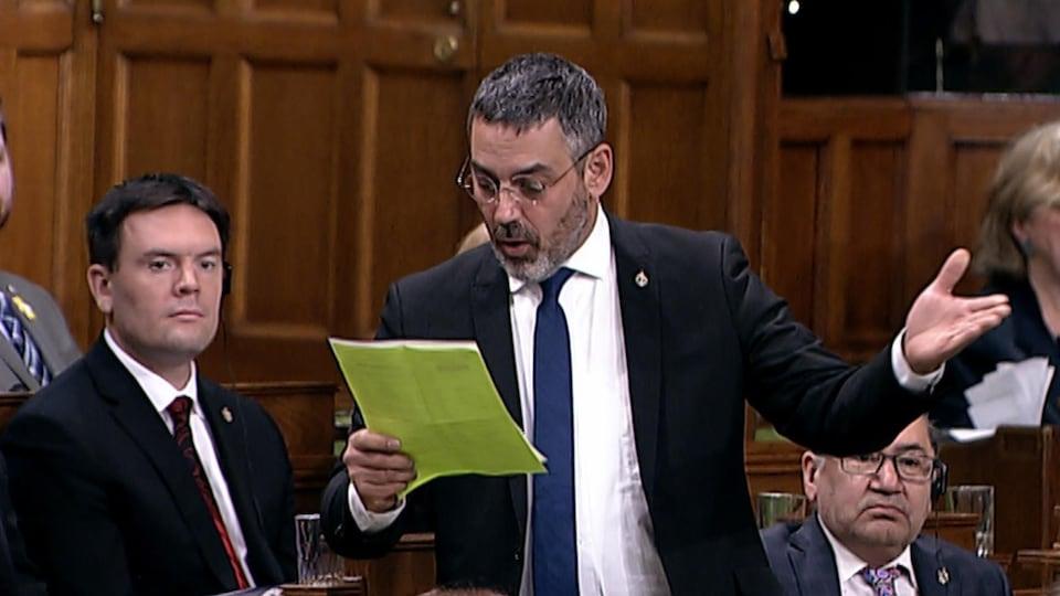 Il lit un texte à la Chambre des communes.