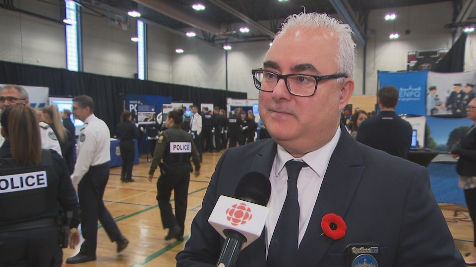 Pierre Saint-Antoine dans le gymnase où sont les kiosque, au micro de Radio-Canada.