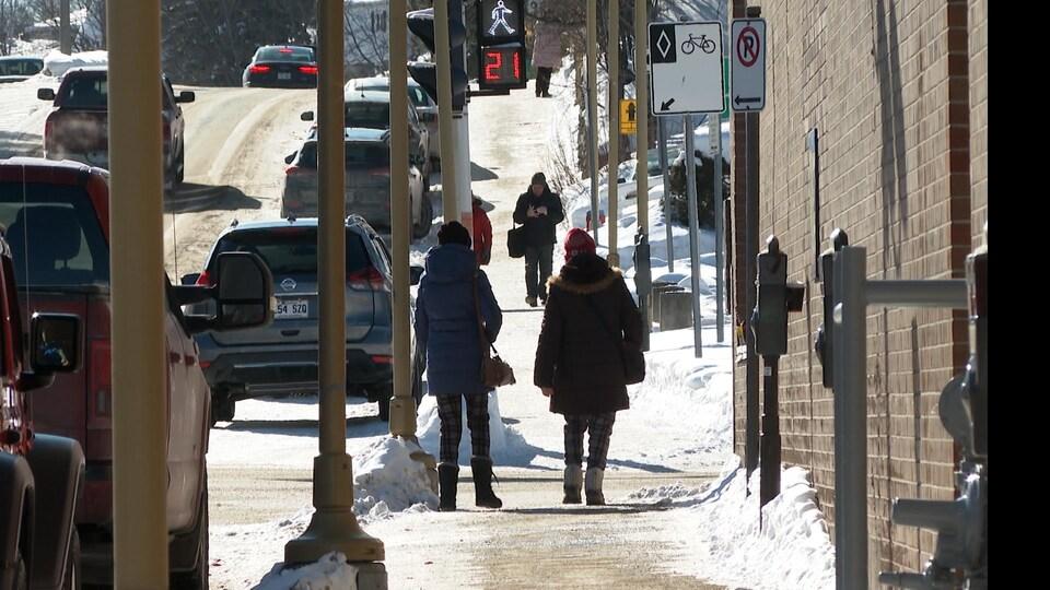 Des piétons circulent au centre-ville de Val-d'Or.