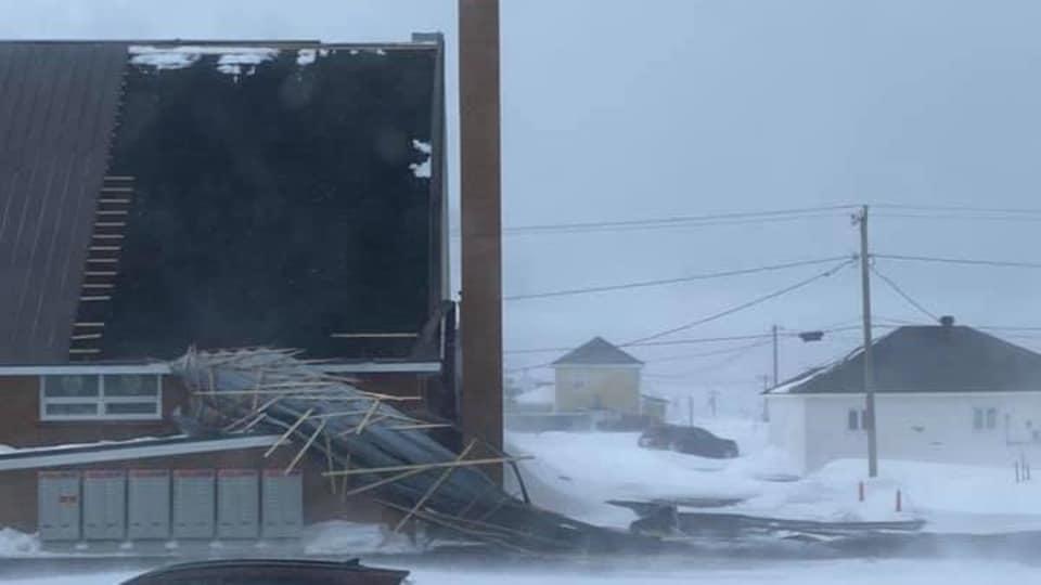 Le toit de l'église de Pigeon Hill s'est envolé mardi, en raison des grands vents qui frappent la région.