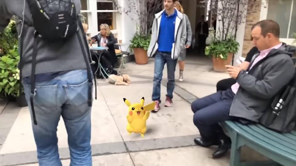 Une version 3D de Pikachu, de Pokémon, superposé dans le monde réel dans une démonstration de la technologie de réalité augmentée de Niantic.