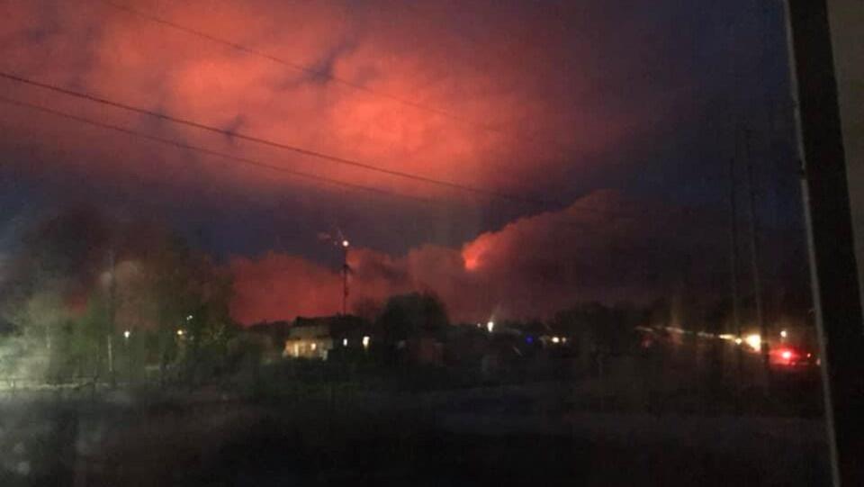 Un ciel rouge, causé par un feu de forêt à Pikangikum
