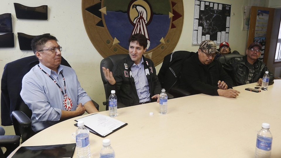 Justin Trudeau avec le grand chef de la Nation Nishnawbe Aski, Alvin Fiddler, et des membres du conseil de bande
