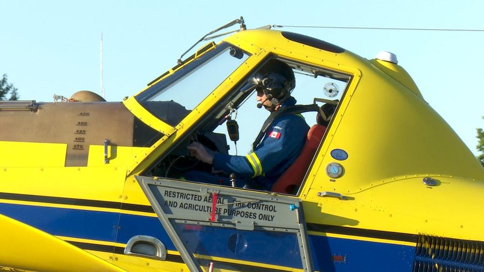Un pilote dans un avion de la SOPFIM.