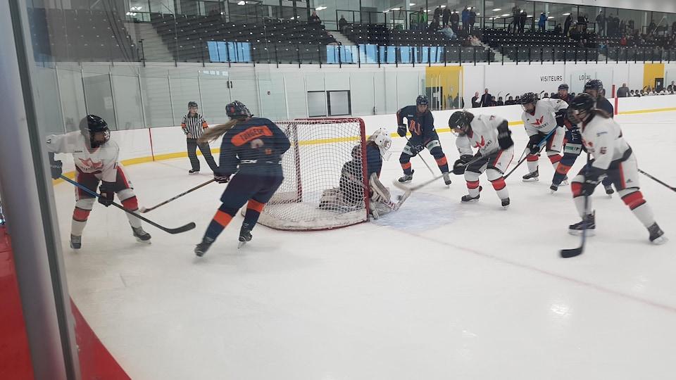 Des joueuses des pionnières de Rimouski en action autour du filet adverse.