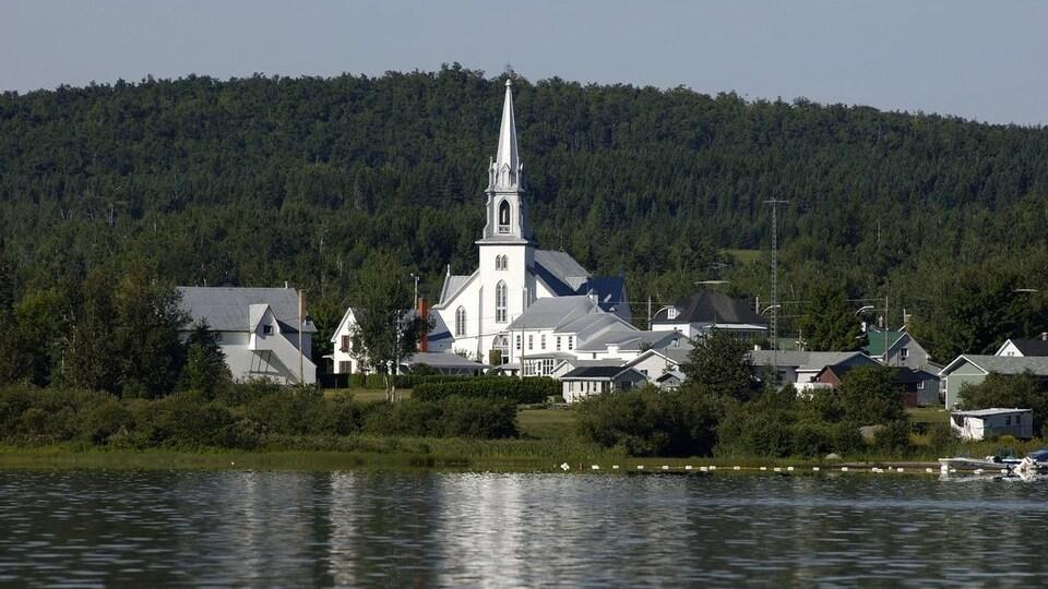 Un lac devant une magnifique église.