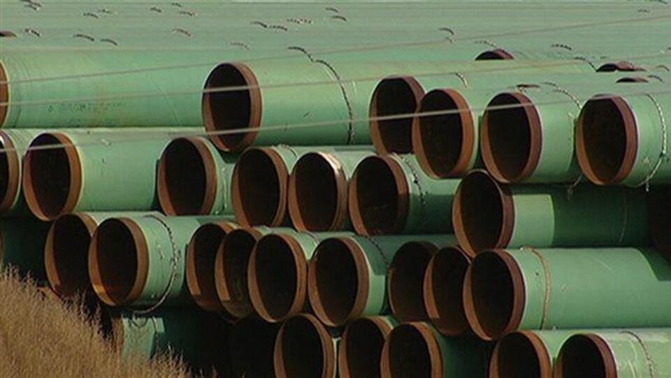 Des pipelines en attente d'être assemblés.