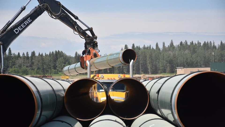 Plan serré de tuyaux sur un chantier de Trans Mountain à Edson, en Alberta.
