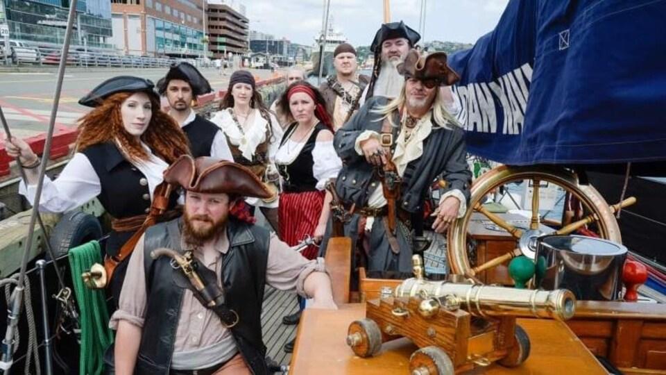 Le groupe de pirates nommé les Raiders of the Avalon Pirate Crew sont sur un bateau.