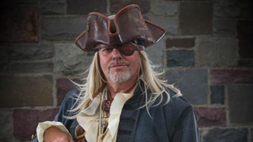 Rod Hand pose avec son costume de pirate.
