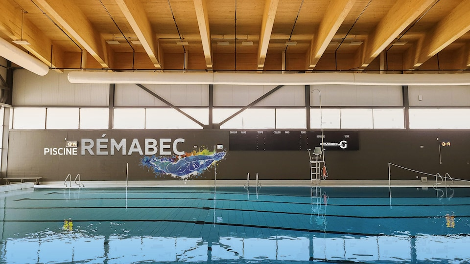 La piscine de 25 m intégrée au complexe sportif.
