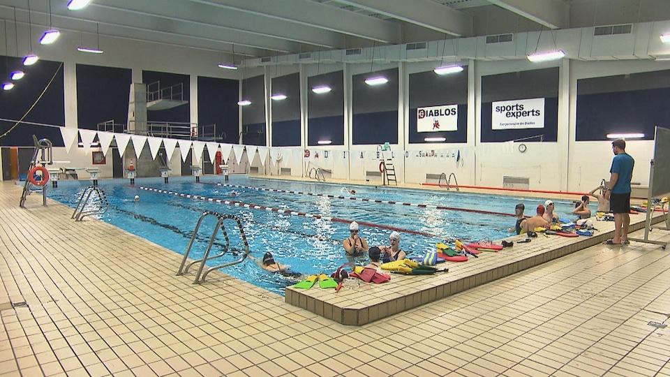 Des nageurs s'entraînent à la piscine du Cégep de Trois-Rivières.