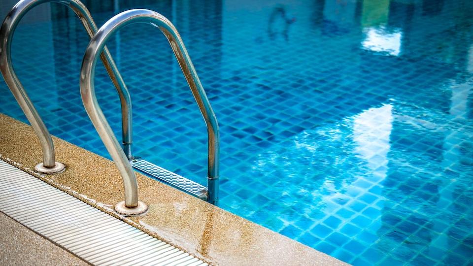Une piscine intérieure.