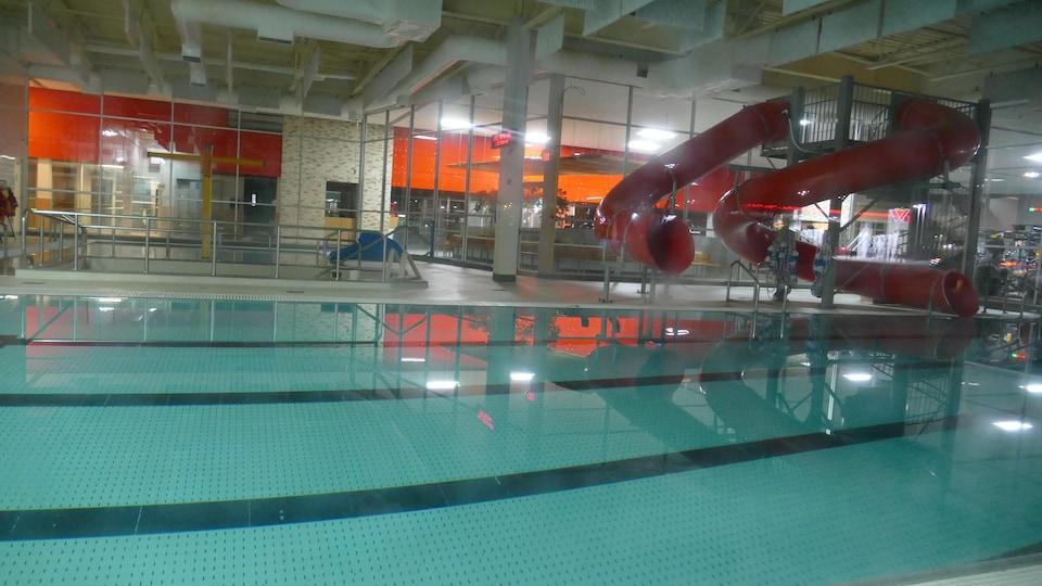 Une piscine intérieure fermée.