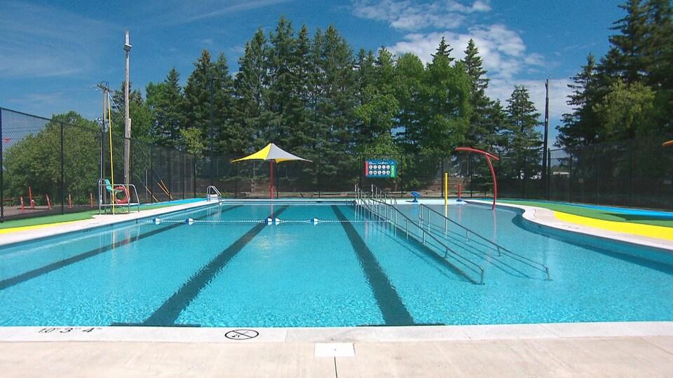 La piscine pleine d'eau avant l'arrivée des baigneurs.