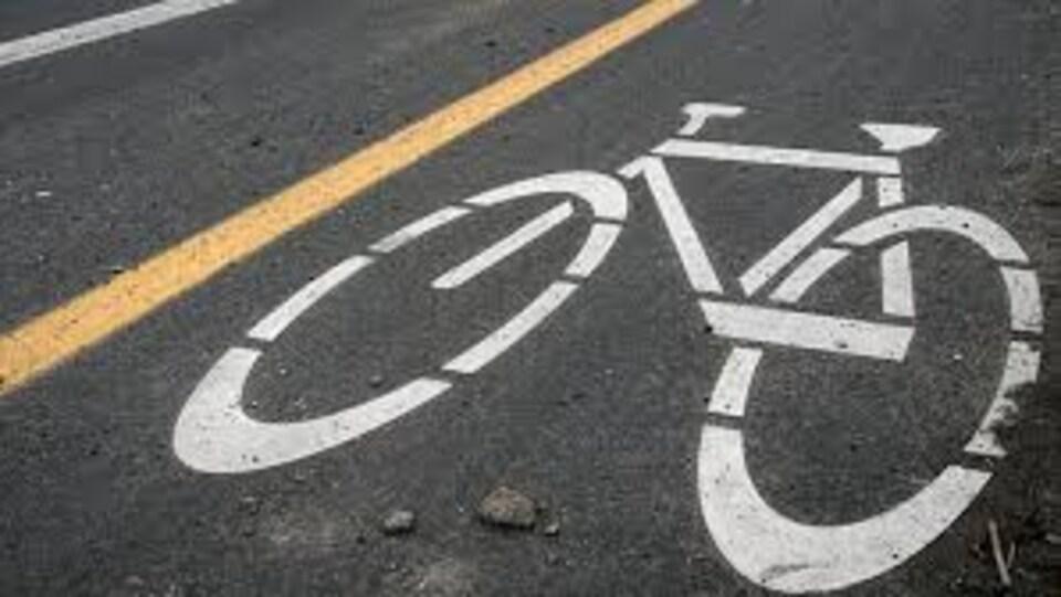 Logo sur asphalte d'un vélo sur une piste cyclable