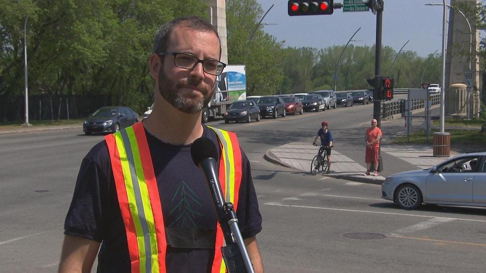 Le cycliste Steven Roy Cullen répond aux questions de la journaliste.