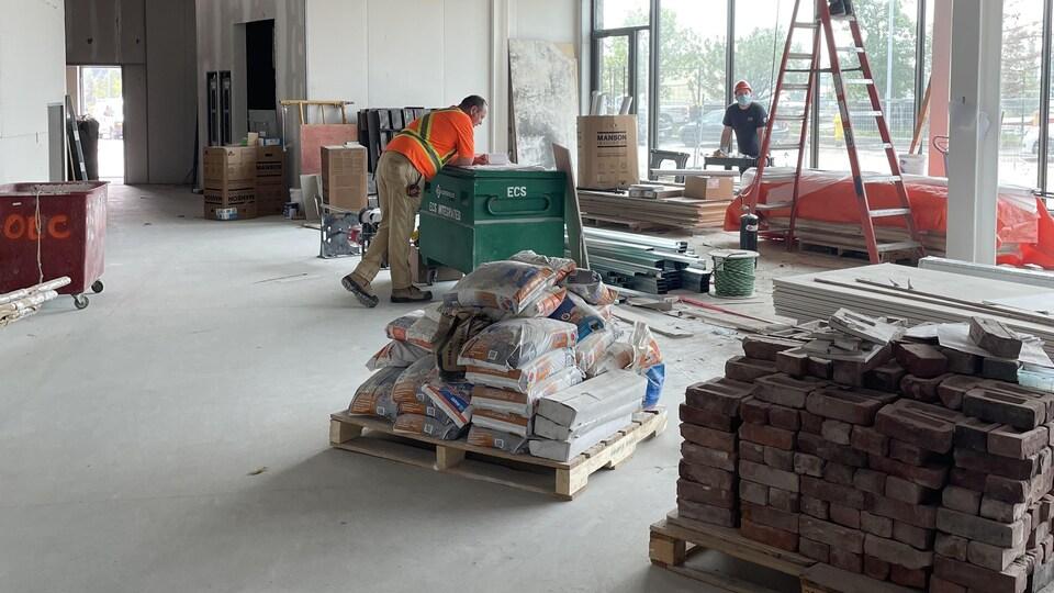 L'intérieur d'une bâtisse en construction.