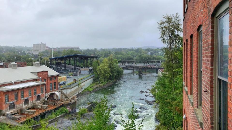 La rivière Saint-François avec, à gauche, la place Nikitotek.