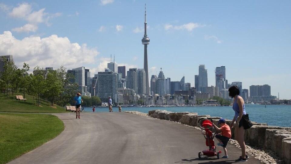 Un parc sur les rives du lac Ontario avec vue sur le centre-ville de Toronto
