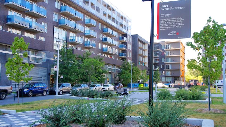 La Place Pierre-Falardeau avec des immeubles à logement en arrière.