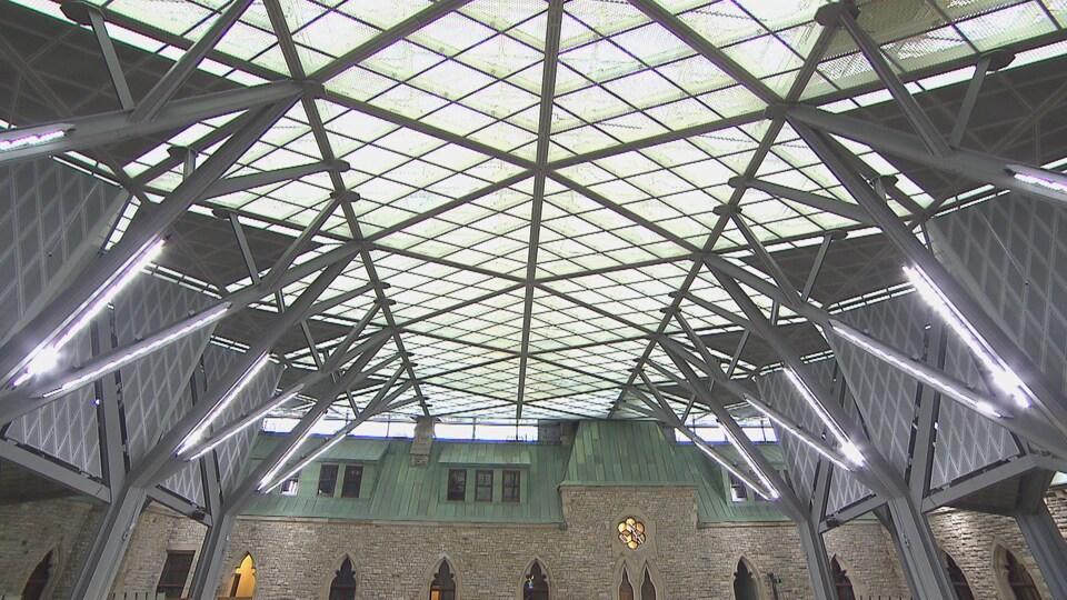 Le plafond en verre et les poutres d'acier se mêlent à la pierre de grès centenaire de l'édifice de l'Ouest.