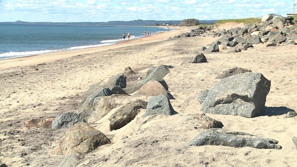 Des anciens enrochements partiellement écroulés, sur la plage de Val-Marguerite, à Sept-Îles.