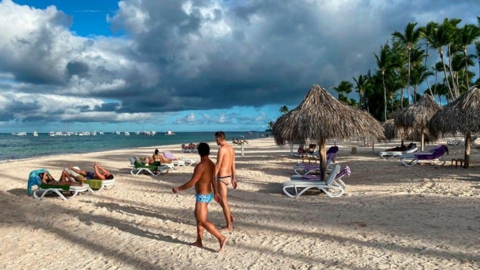 Des touristes se trouvent sur une plage.