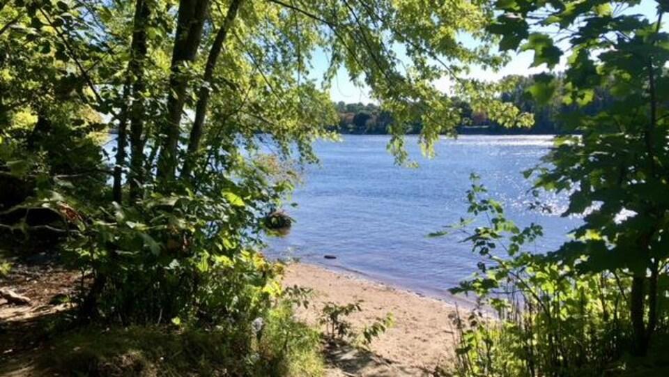 Une plage le long de la rivière Saint-Maurice, accessible par le boisé des Estacades
