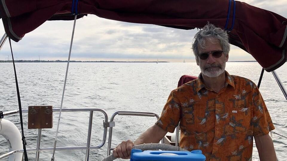Un homme à bord d'une embarcation.