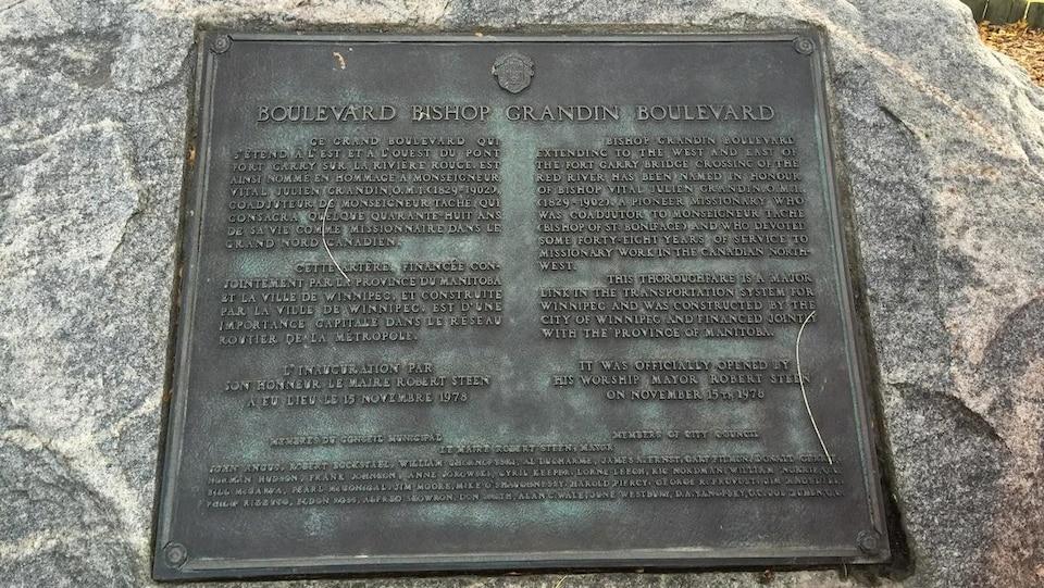 Une plaque de bronze.