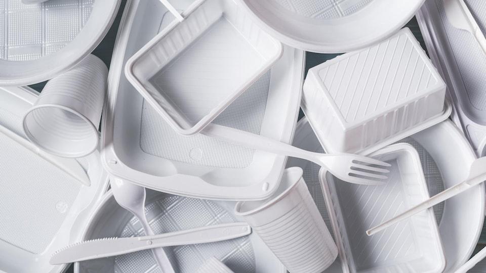 Des contenants et des ustensiles de plastique.