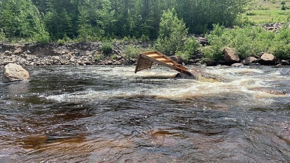 Une plateforme flotte dans l'eau.