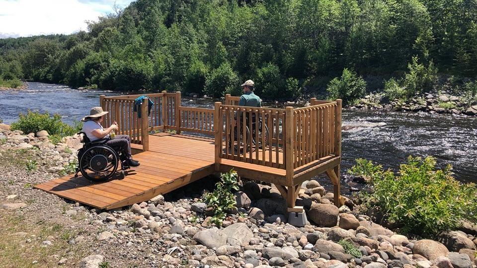 Plateforme en bois pour personnes à mobilité réduite.