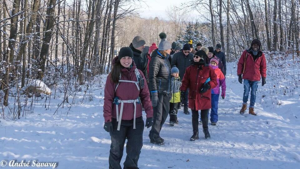Des Québécois et des personnes immigrantes marchent dans un sentier du parc du Mont-Bellevue.