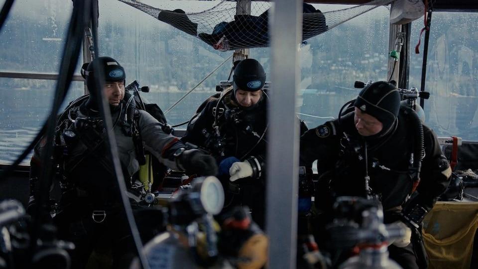 Hamish Tweed et d'autres plongeurs se préparent à plonger à l'eau.