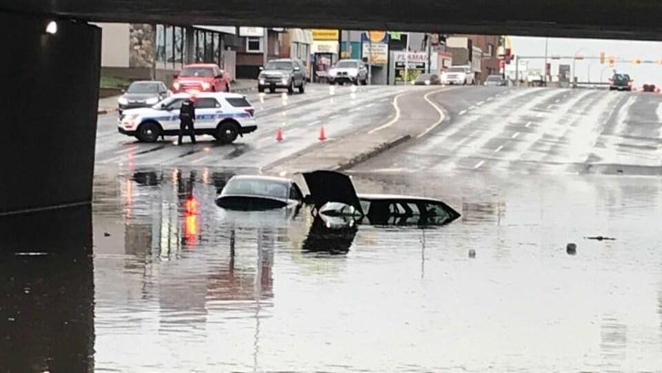 Une voiture totalement submergée par les eaux.