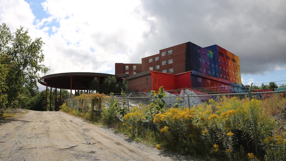 Certains murs de l'édifice de sont pas recouverts de peinture multicolore.