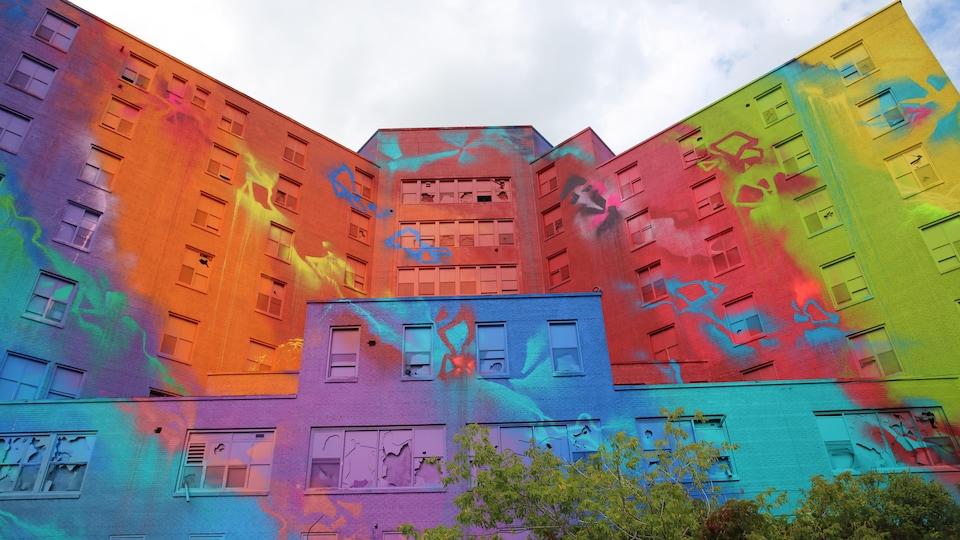 Les murs d'un ancien hôpital sont recouverts de couleurs vibrantes.