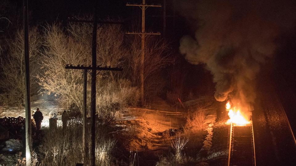 Un pneu brûle sur les voies du CN à Tyendinaga, près de Belleville, en Ontario, lundi vers 19 h.