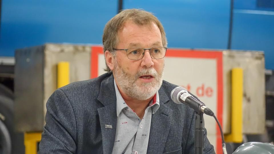 Sylvain Hudon lors d'une conférence de presse à l'usine de Bombardier à La Pocatière.