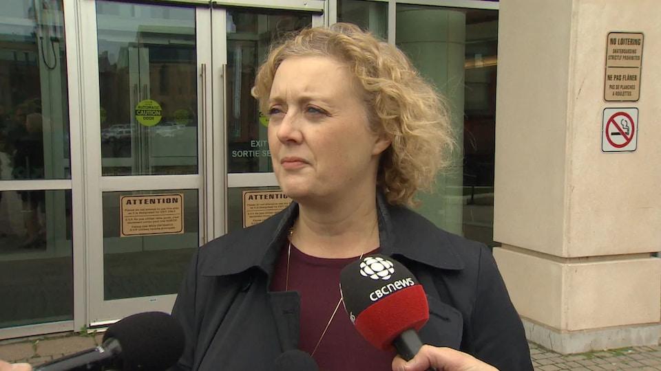 Kim Poffenroth interviewée à l'extérieur d'un édifice.