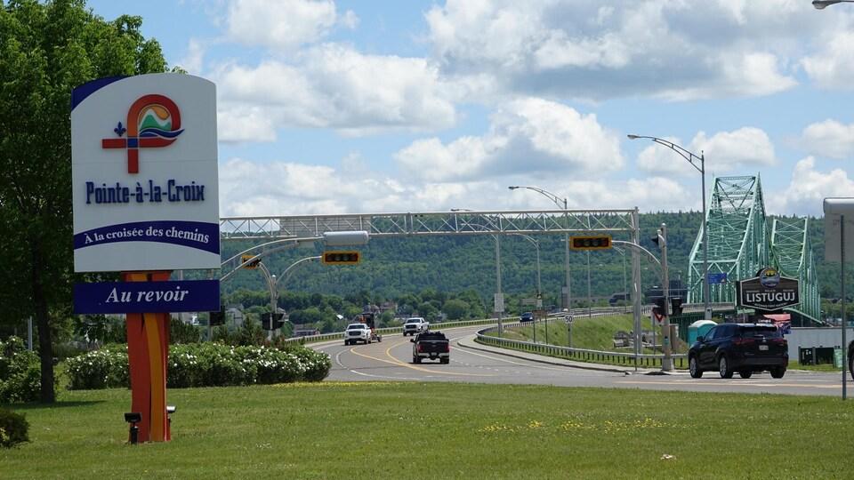Des automobiles circulent sur la route qui mène au pont JC Van Horne.