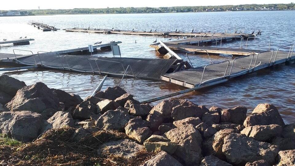 Des quais flottants endommagés sur l'eau.