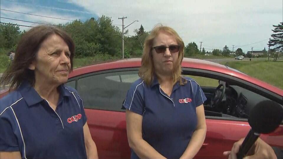 Deux femmes parlent à la caméra.